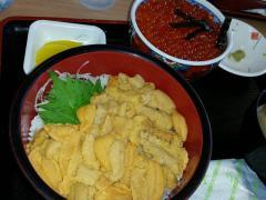 北海道と言ったら避けて通れないのが海鮮丼!ウニにイクラ!超贅沢ー♪