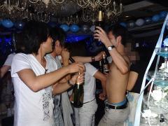 シャンパンタワーのスタートです!