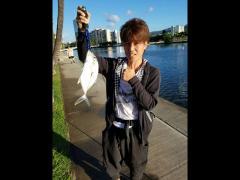 フィッシングに挑戦のあたる主任。見事に魚を釣り上げご満悦です♪