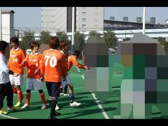 まずは試合前に相手チームと握手。がっちり熱い握手を交わしつつもお互い闘志メラメラです。