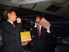 海斗幹部補佐もプレゼントを持って登場☆一体中身がなにか気になりますね!