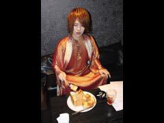 CANDYの友也代表はそのハニトをつまみ食い!その格好も伴って、もはやお供え物状態になっています!