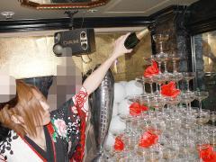 シャンパンを注いでいきます!店内のみんなが注目ですよ!