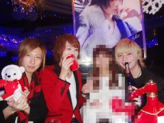 それぞれのキャストさん達は、クリスマスにちなんでか、赤色のワンポイントコーデが目立ちます★