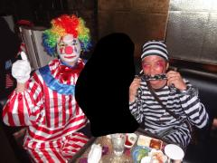 ピエロ姿の幸村代表と囚人の仮装したあたるPMです!ちゃんと施錠まで用意されていますね!