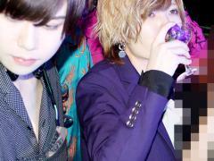 紫のスーツと紫色の花飾ってるグラスとてもお似合いです❤